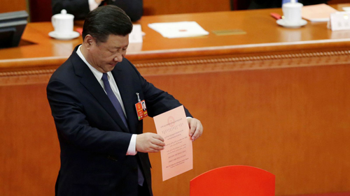 Chủ tịch Trung Quốc Tập Cận Bình bỏ phiếu thông qua hiến pháp mới. Ảnh: Reuters.