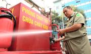 Bảo vệ dân phố tự chế ba gác thành xe chữa cháy lưu động