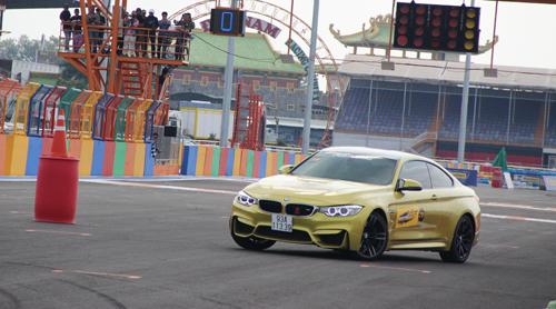 một mẫu BMW M4 tranh tài tại giải đua.