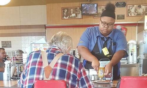 Hành động cắt nhỏ bữa ăn cho khách giúp Evoni nhận được học bổng tại trường đại học. Ảnh: Laura Wolf.