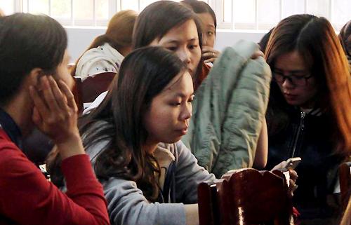 Các giáo viên tập trung tại UBND huyện Krông Păk sáng 12/3. Ảnh: Quốc Thịnh.
