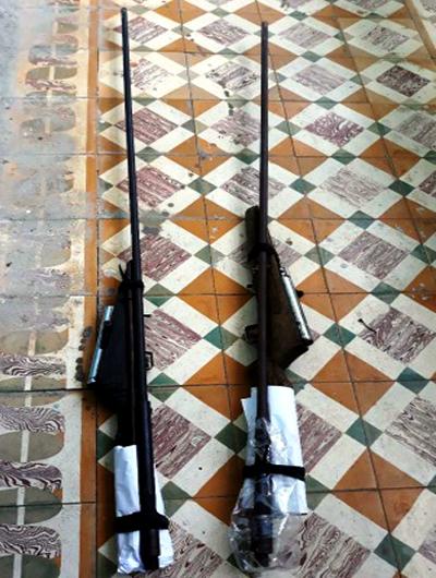Hai khẩu súng được đôi bạn mang vào rừng đi săn. Ảnh: Thạch Thảo.