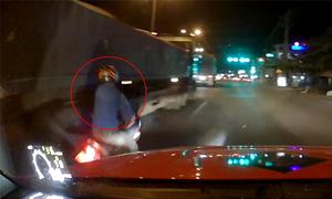 Thanh niên say rượu tông xe tải, ngã ngay trước ôtô của tôi