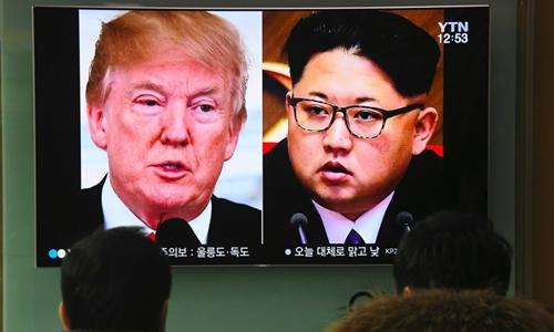 Người dân Hàn Quốc xem bản tin nói về cuộc gặp sắp tới của Trump và Kim Jong-un. Ảnh: AFP.