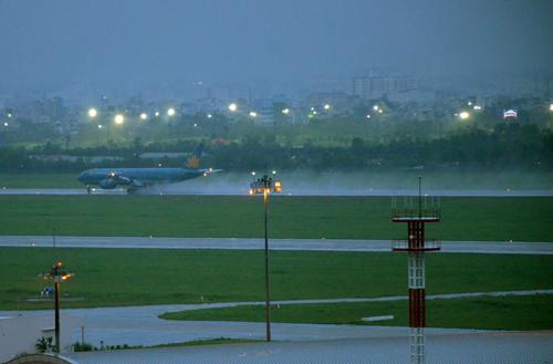 Sân bay Tân Sơn Nhất bị ngập sau trận mưa lớn hồi tháng 9/2016. Ảnh: Duy Trần.