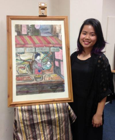 Cao Kỳ Duyên và bức tranh em vẽ được Brooke House College treo ngay sảnh chính của trường.