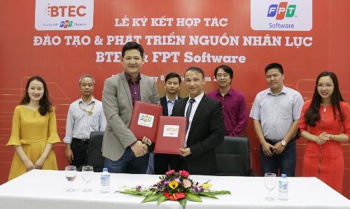 Ông Đỗ Ngọc Hoàng đại diện FPT Software và ông Vũ Hải Long đại diện BTEC FPT thực hiện ký kết hợp tác hỗ trợ đào tạo và phát triển nguồn nhân lực.