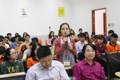 Sinh viên BTEC FPT đặt câu hỏi tương tác với các vị khách mời của chương trình.