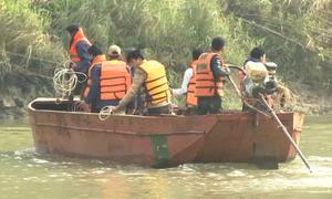 Bộ đội dùng thuyền máy tìm 9 nạn nhân đuối nước