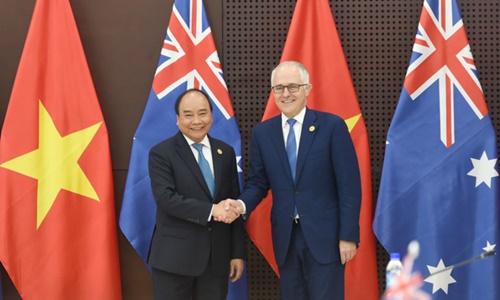 Thủ tướng Việt Nam Nguyễn Xuân Phúc, trái, gặp Thủ tướng Australia Turnbull bên lề Hội nghị cấp cao APEC tại Đà Nẵng năm ngoái. Ảnh: