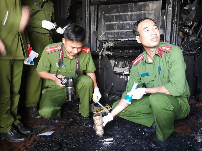 Cảnh sát khám nghiệm hiện trường căn nhà cháy 5 người chết ở Đà Lạt