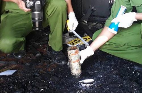 Công an thu giữ bình khò gas mini được camera an ninh ghi lại ông Quốc cầm vào nhà nạn nhân. Ảnh: Phước Tuấn