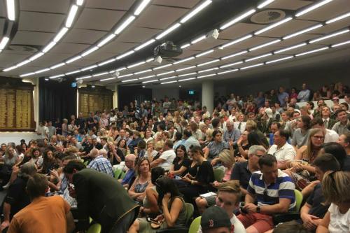 Hơn 800 người tham gia cuộc họp nhằm phản đối quyết định sa thải hiệu phó tại trường Trinity Grammar tối thứ sáu.