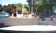 Nữ Ninja luồn xe máy qua ôtô 50 chỗ rồi tạt đầu Mercedes