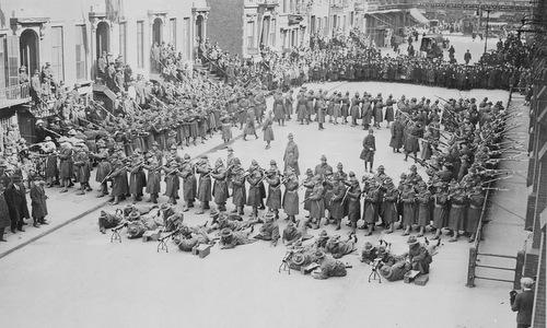 Lục quân Mỹ biểu diễn đội hình hình vuông rỗng. Ảnh: Wikipedia.