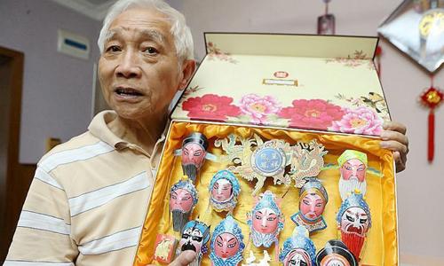 Ông Fei Yongquan và tác phẩm tranh trên vỏ trứng. Ảnh: CGTN.