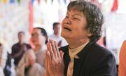 Mẹ khóc trước bài vị con trong lễ cầu siêu liệt sĩ Gạc Ma