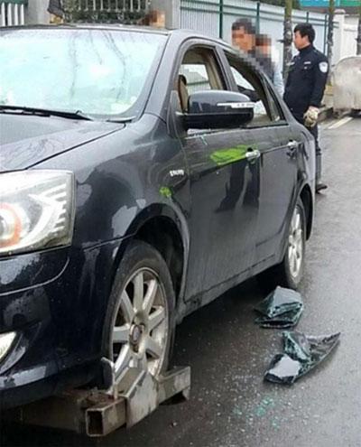 Sau khi đập phá ôtô, người đàn ông bỏ đi nhưng tự đến trình diện cảnh sát vào ngày hôm sau. Ảnh: The Paper.