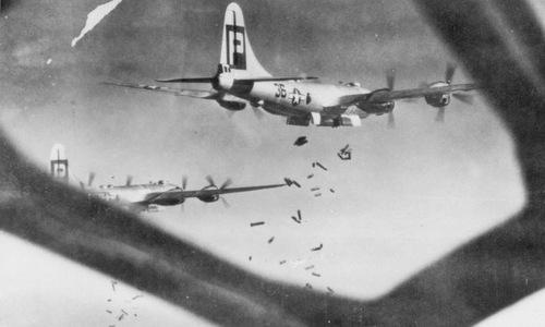 Phi đội B-29 thả bom cháy xuống lãnh thổ Nhật. Ảnh: USAF.