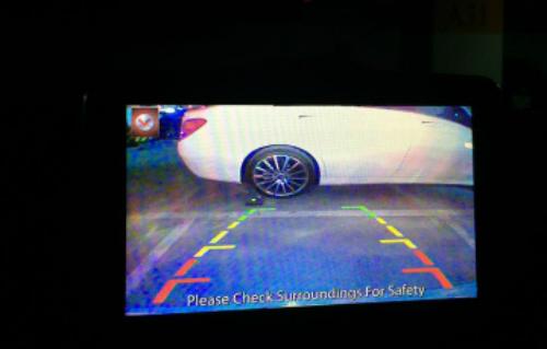Ảnh chụp lại màn hính camera không chính hãngkhi lùi xe trong hầm tối.
