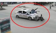 Phụ nữ chở trẻ em lao qua ngã tư bị taxi tông văng xuống đường