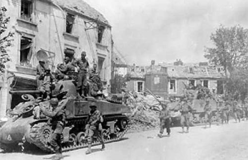 Binh sĩ đồng minh tiến sâu vào tỉnh Normandy. Ảnh: History.
