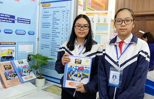 Nguyễn Diệu Huyền và Mai Ngọc Như tại cuộc thi khoa học cấp quốc gia diễn ra ở Nghệ An.