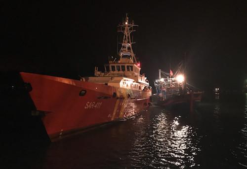 Tàu SAR 411 làm nhiệm vụ lai dắt tàu gặp nạn. Ảnh: Trung tâm cứu hộ.