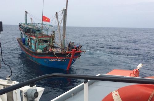 Tàu gặp nạn được đưa vào cảng Cửa Lò lúc 3 giờ hôm nay. Ảnh: Trung tâm cứu hộ.