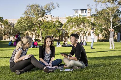 Giao lưu và nộp hồ sơ du học trực tiếp vào Đại học Queensland