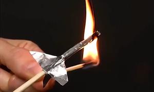 Thí nghiệm làm tên lửa mini từ diêm và giấy bạc