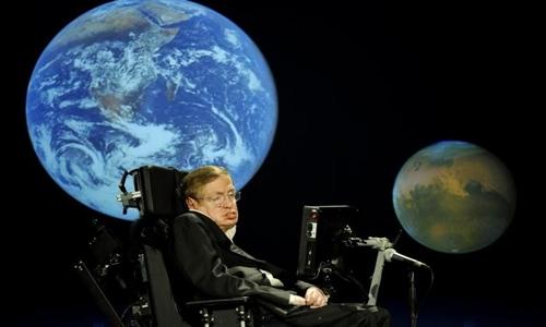Stephen Hawking không từ bỏ niềm đam mê khoa học dù mắc bệnh nặng. Ảnh: CNSteem.