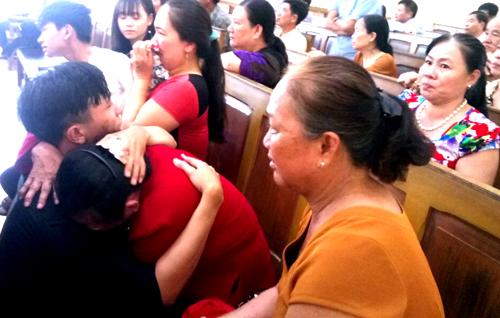 Người thân của cựu cán bộ thanh tra ôm nhau khóc vì nghe tòa tuyên trả tự do cho ông Nam. Ảnh: Phúc Hưng.