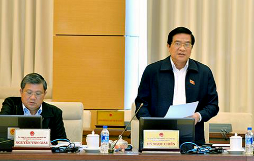 Chủ tịch Hội đồng dân tộc của Quốc hộiHà Ngọc Chiến góp ý kiến dự thảo luật Giáo dục. Ảnh: QH
