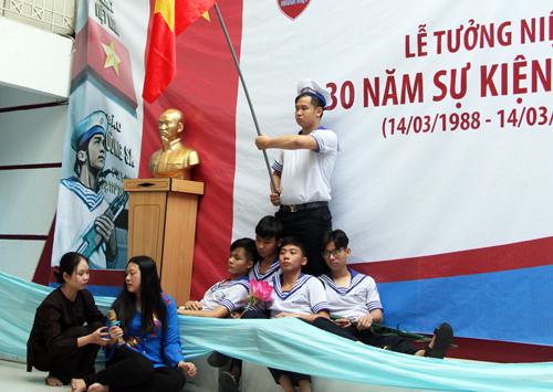 Tiết mục văn nghệtái hiện câu chuyện của Thiếu úy Trần Văn Phương. Ảnh: Mạnh Tùng.
