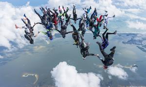 27 phụ nữ Mỹ lao khỏi máy bay lập kỷ lục nhảy dù thế giới