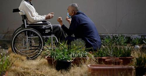 Phạm nhân 92 tuổi ngồi xe lăn, chịu án chung thân tại nhà tùTokushima vì tội giết người và hãm hiếp, đangtập thể dục với sự trợ giúp của một nhân viên y tế. Ảnh: Reuters.