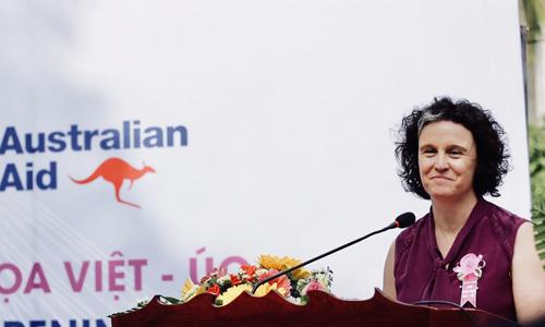 Bà Bryant tại Lễ khai trương Làng Bích Họa ở Đồng Tháp hồi cuối tháng 1/2018. Ảnh: Đại sứ quán Australia tại Việt Nam.