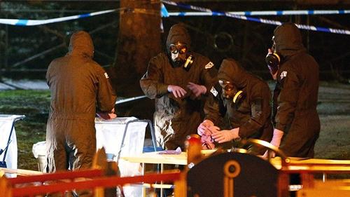 Lực lượng cứu hộ mặc đồ bảo hộ kiểm tra khu vui chơi của trẻ em gần nơi cựu điệp viên Nga bị đầu độc ở quận Salisbury, miền nam Anh. Ảnh: Reuters.