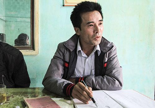 Cựu binh Lê Hữu Thảo trong một lần đi tìm gặp đồng đội Trường Sa. Ảnh: Nguyễn Đông.
