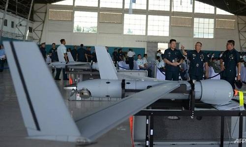 Các binh sĩ Philippines trong lễ bàn giao UAV ScanEagle. Ảnh: AFP.