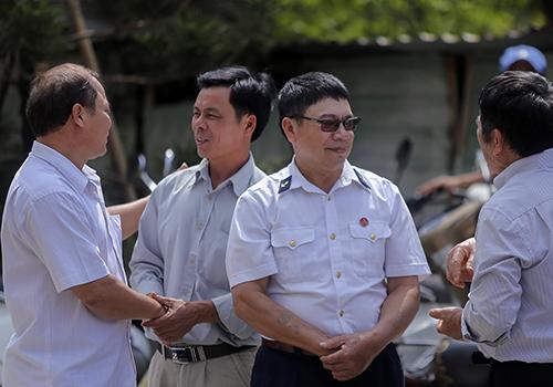 Cựu binh Lê Văn Đông và Nguyễn Văn Thống (đứng giữa) trò chuyện cùng những đồng đội. Ảnh: Nguyễn Đông.