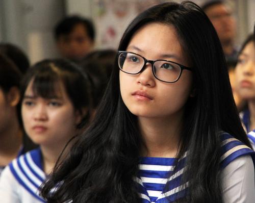 Học sinh THPT Nhân Việt xúc động khi ôn lại lịch sử trận chiến Gạc Ma. Ảnh: Mạnh Tùng.