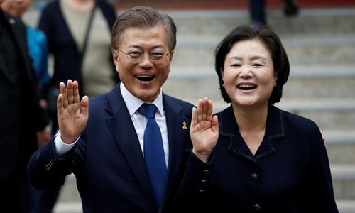 Tổng thống Hàn Quốc Moon Jae-in và phu nhân Kim Jung-sook. Ảnh: REuteres.