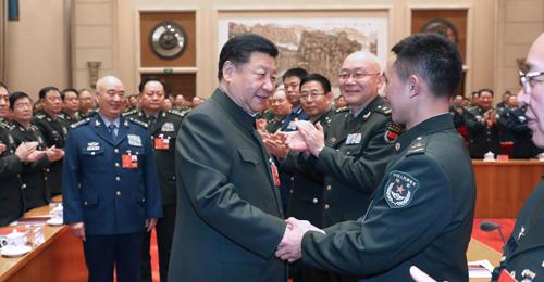Ông Tập bắt tay các tướng lĩnh, sĩ quan quân đội Trung Quốc. Ảnh: Chinanews.