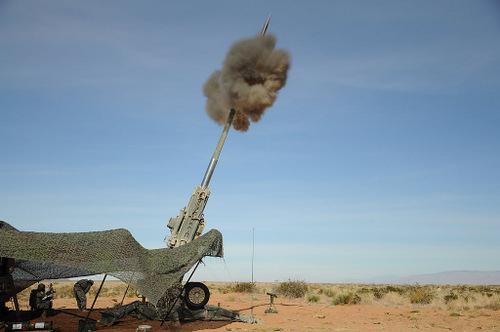 Lính Mỹ khai hỏa đạn pháo Excalibur. Ảnh: Defence Industry Daily.