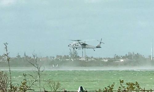 Trực thăng hải quân Mỹ theo dõi khu vực chiếc F/A-18F rơi. Ảnh: ABC News.