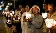 Giáo dân cầm nến đứng dọc đường đón linh cữu Tổng giám mục Phaolô