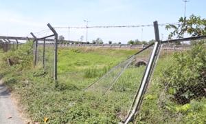 Hàng rào bảo vệ cao tốc TP HCM - Trung Lương bị cắt phá