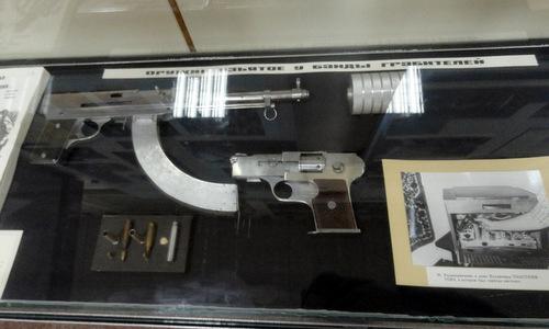 Các loại súng tự chế của băng đảng Anh em Tolstopyatov. Ảnh: Sputnik.